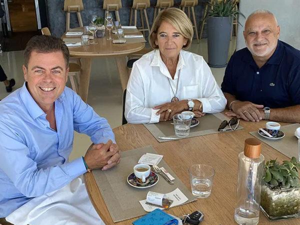 Huissiers et avocats assis à une table de déjeuner