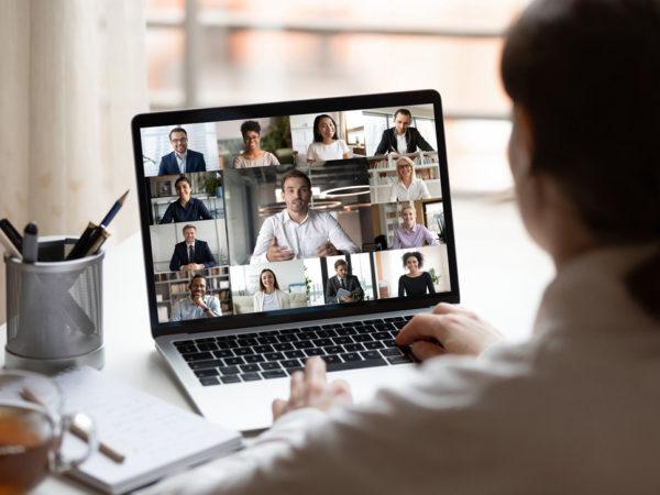 Femme devant son écran d'ordinateur pour un webinaire