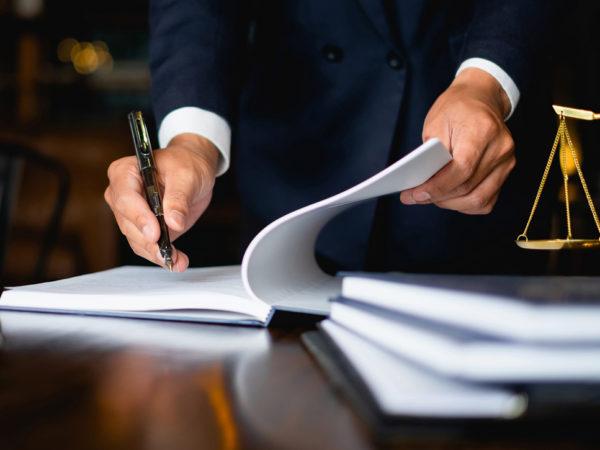 Homme paraphant un document