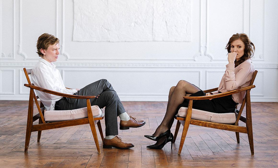 Couple assis faca à face dans un appartement