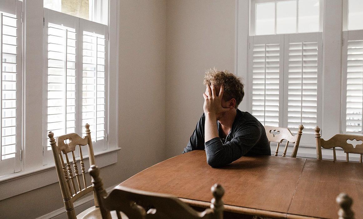 Homme inquiet dans un appartement