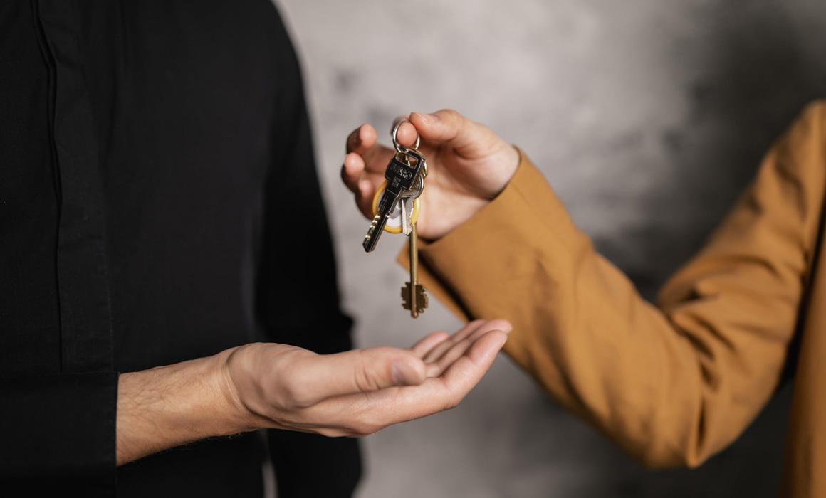 Personne donnant des clés à une autre