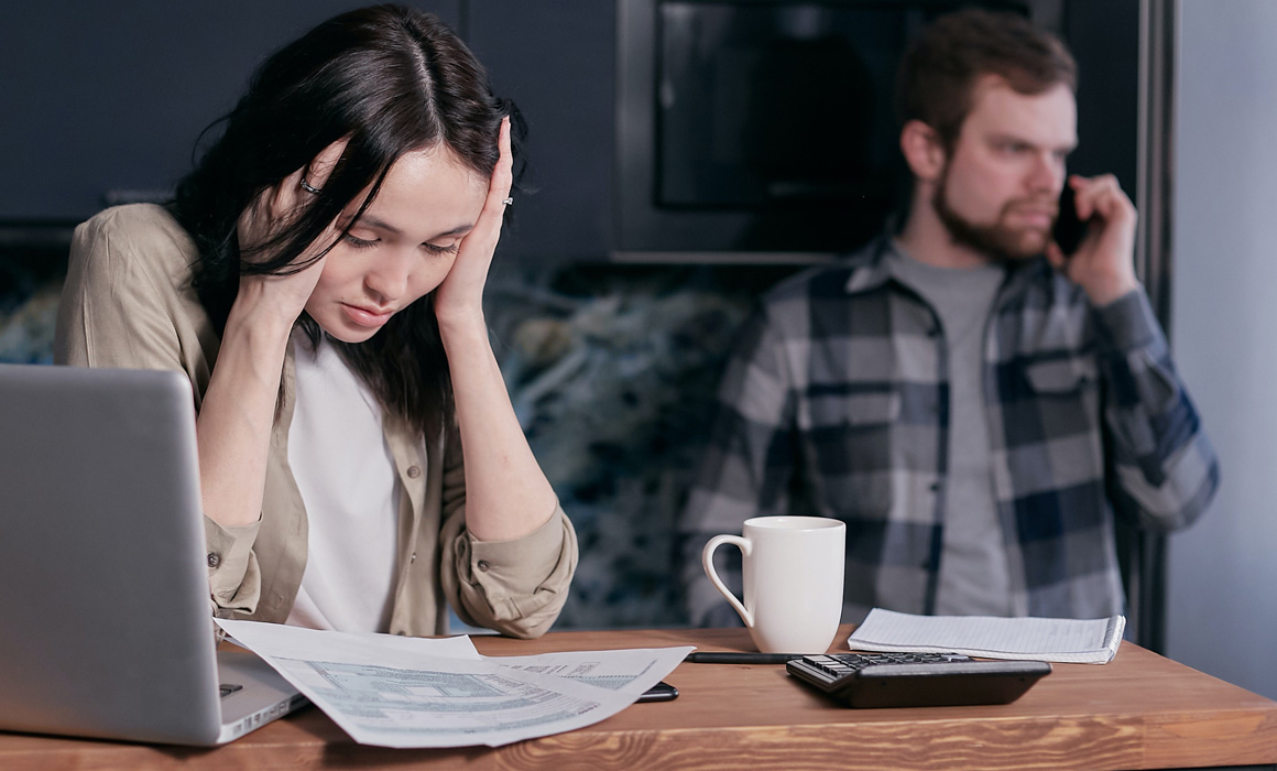 Couple inquiet devant une facture