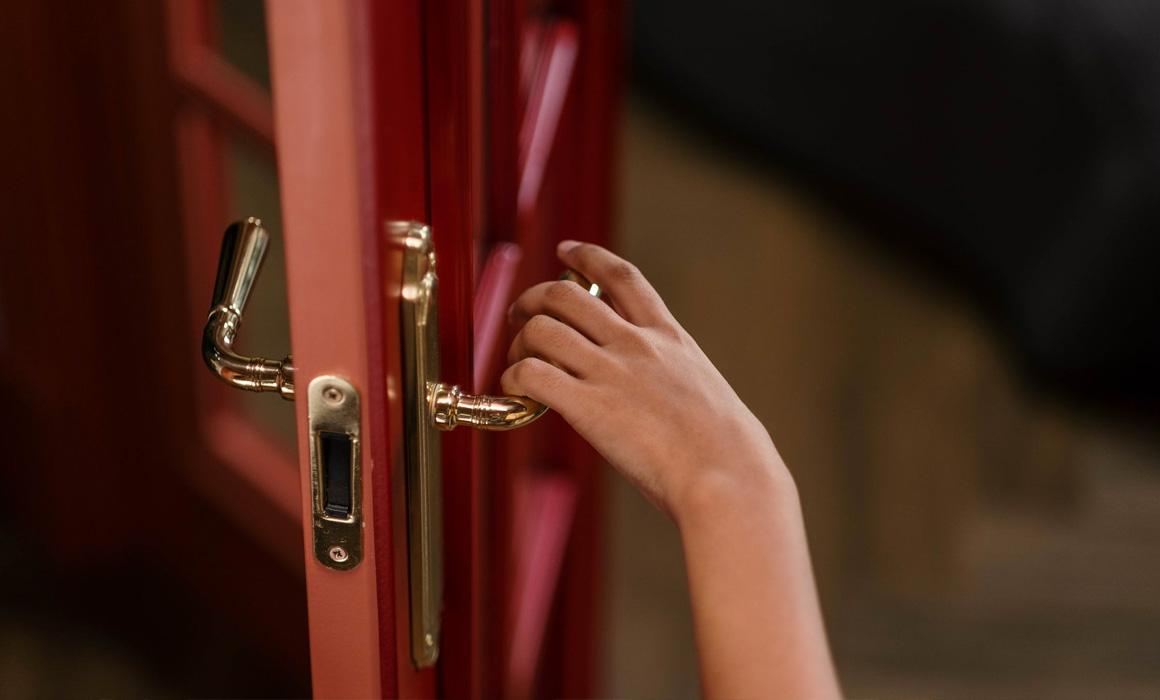 main sur la poignée d'une porte