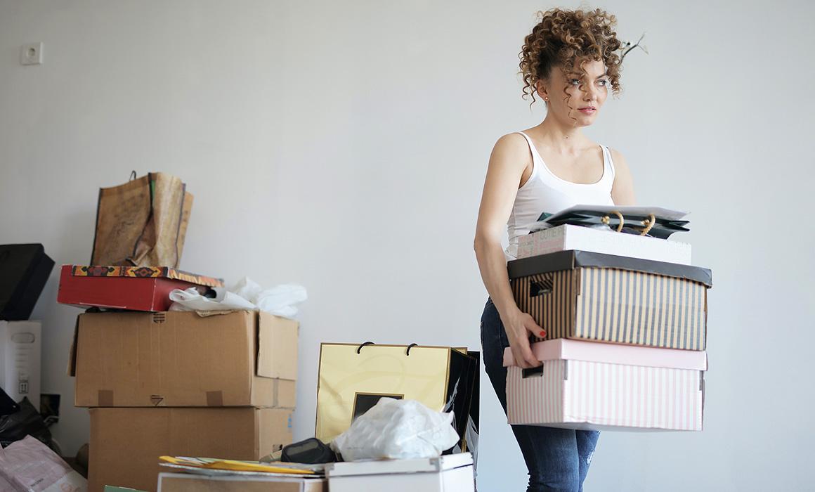 Femmes portant des cartons dans un appartement