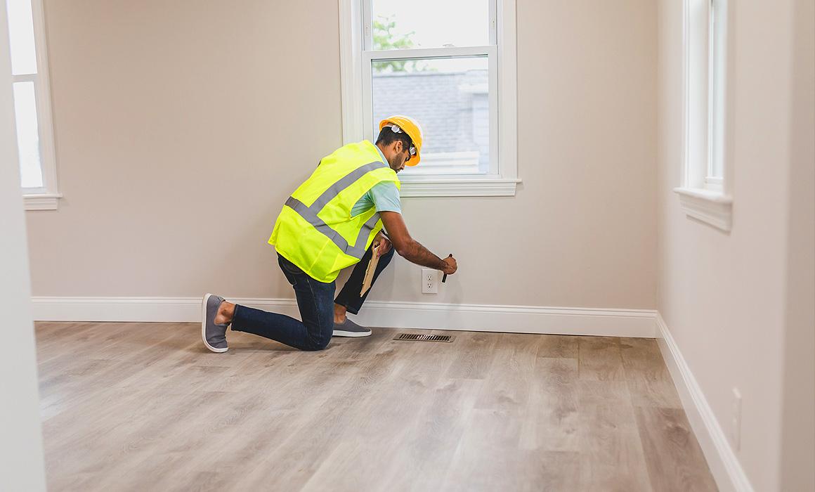 Homme contrôlant un appartement