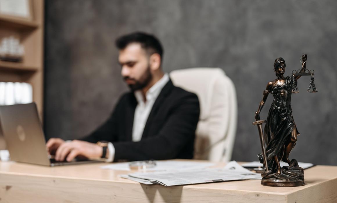 Homme de loi assis à un bureau