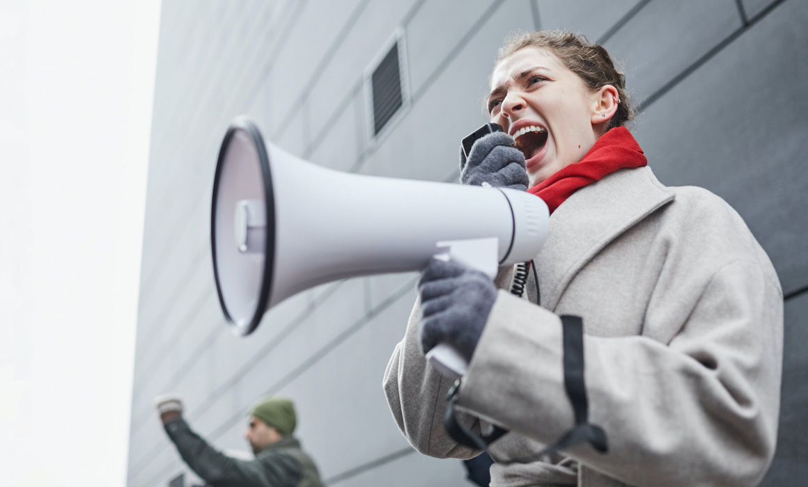 Femme parlant à travers un porte-voix