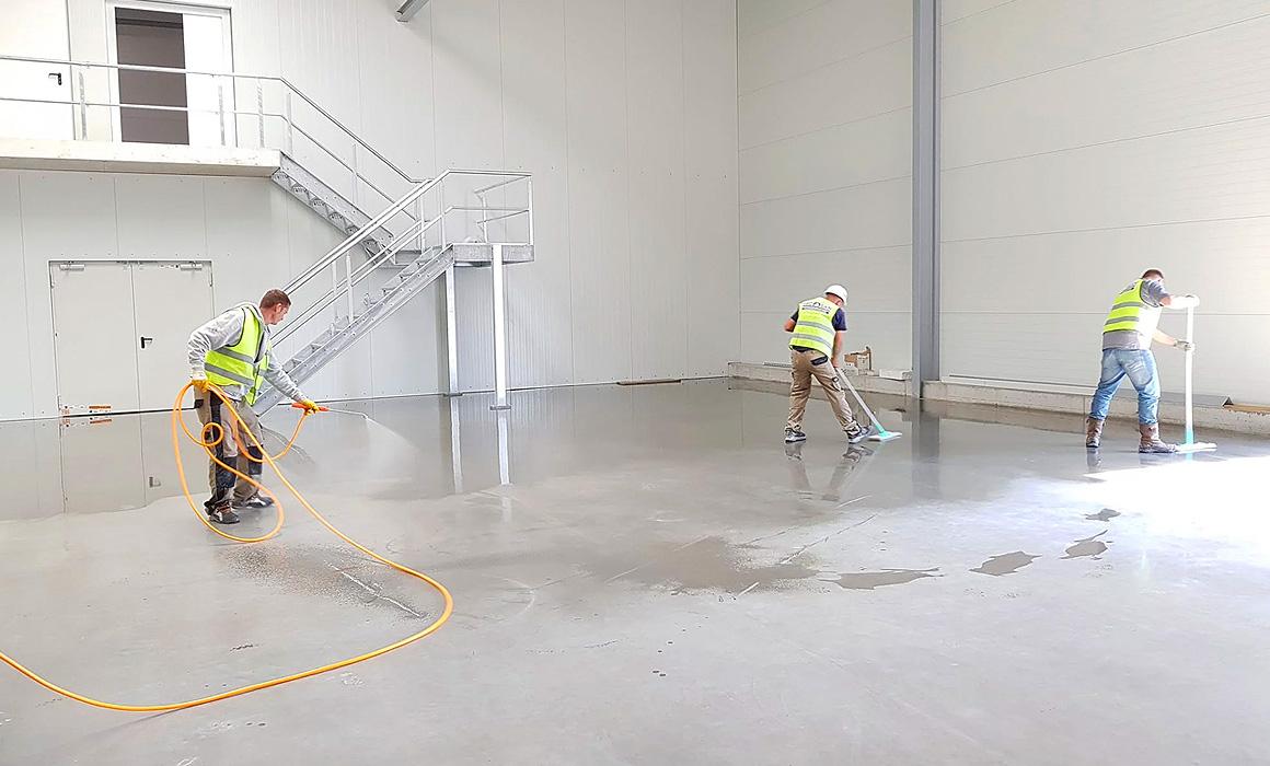 Ouvriers nettoyant un local commercial