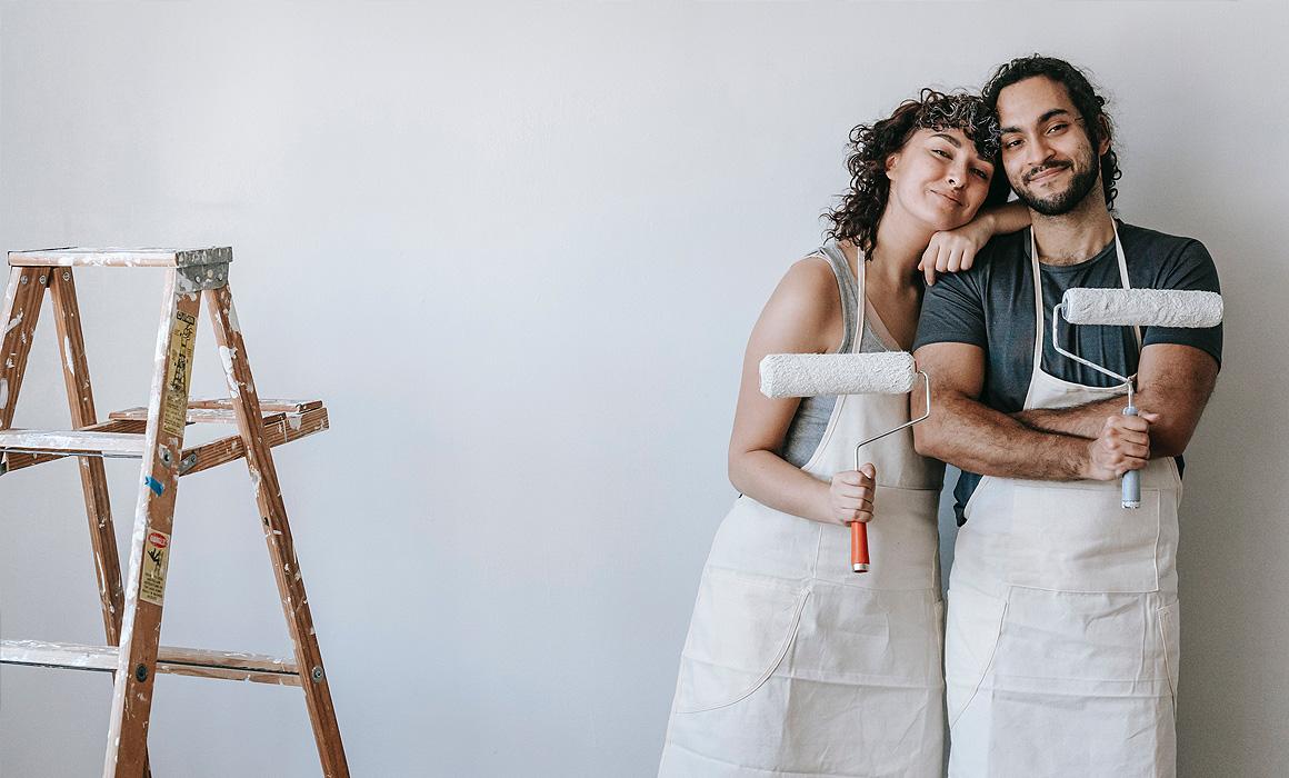 Couple faisant des travaux de peinture