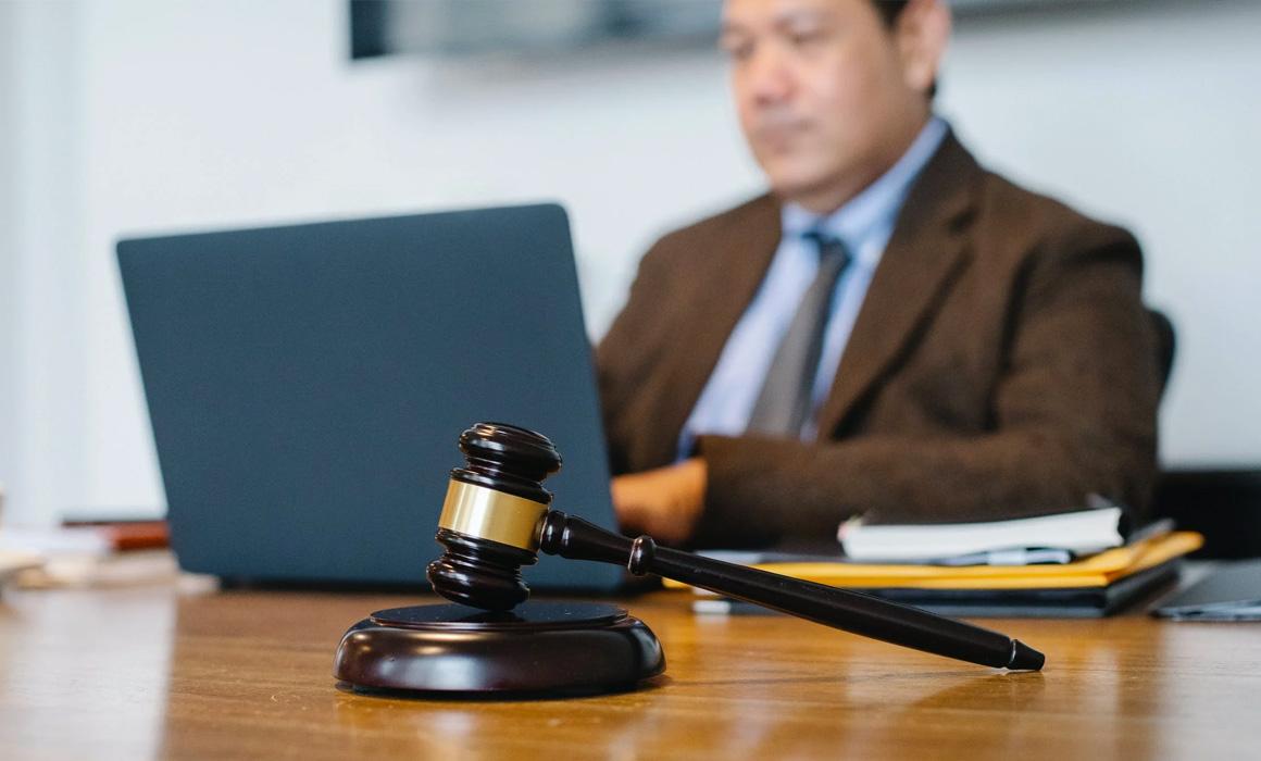 Homme de loi à son bureau avec un marteau de juge