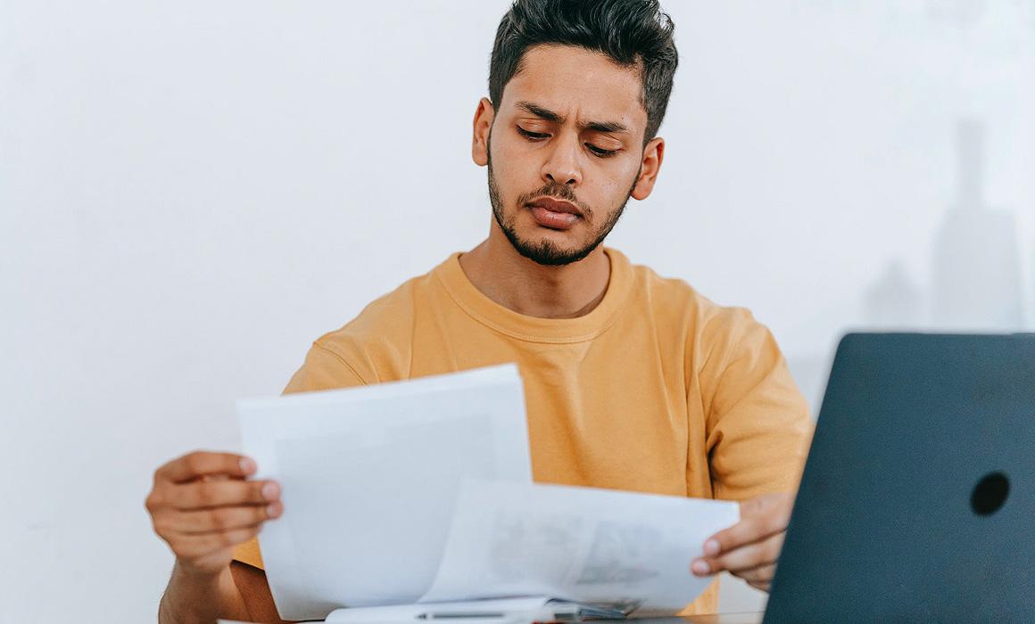 Jeune homme consultant des documents