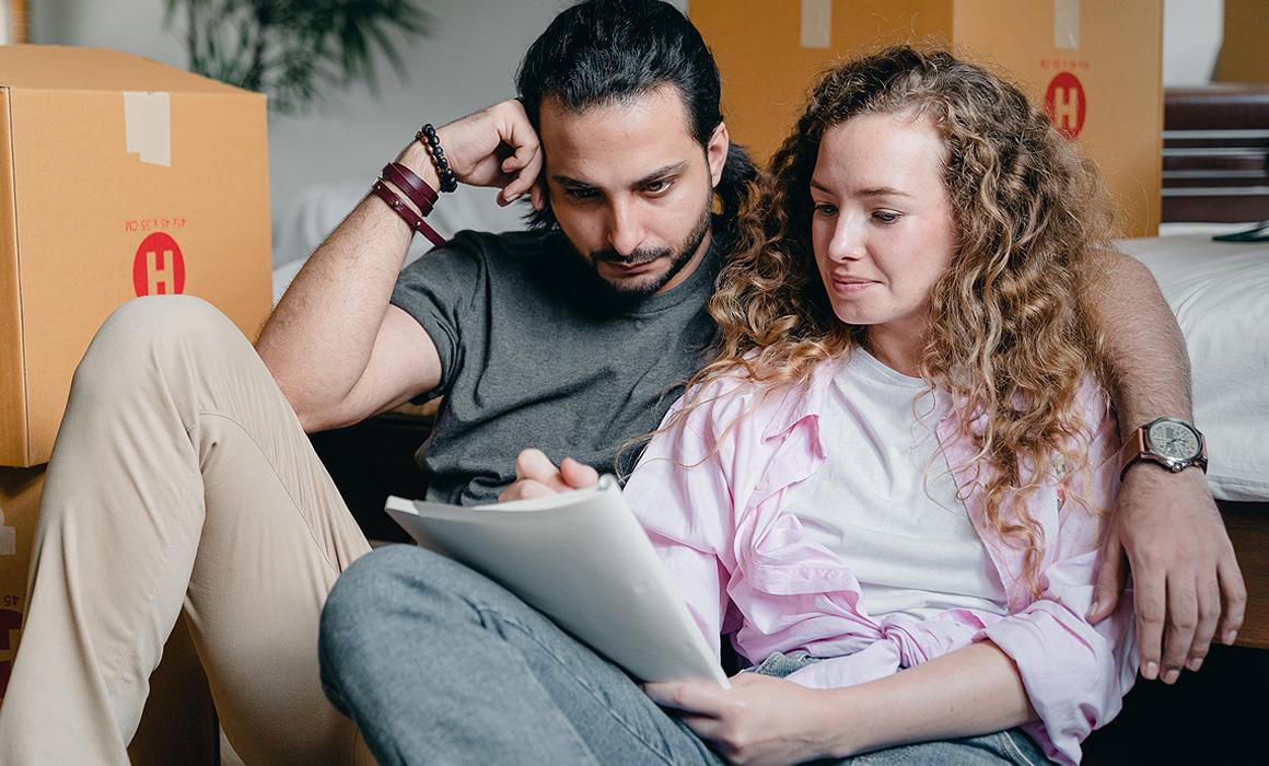 Jeune couple lisant un document