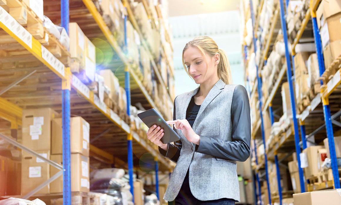 Femme faisant un inventaire dans un entrepôt