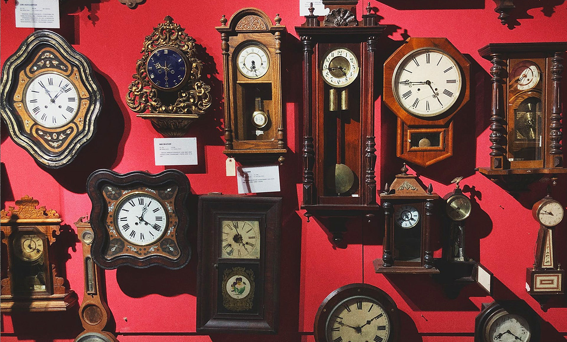 Anciennes horloges suspendues à un mur