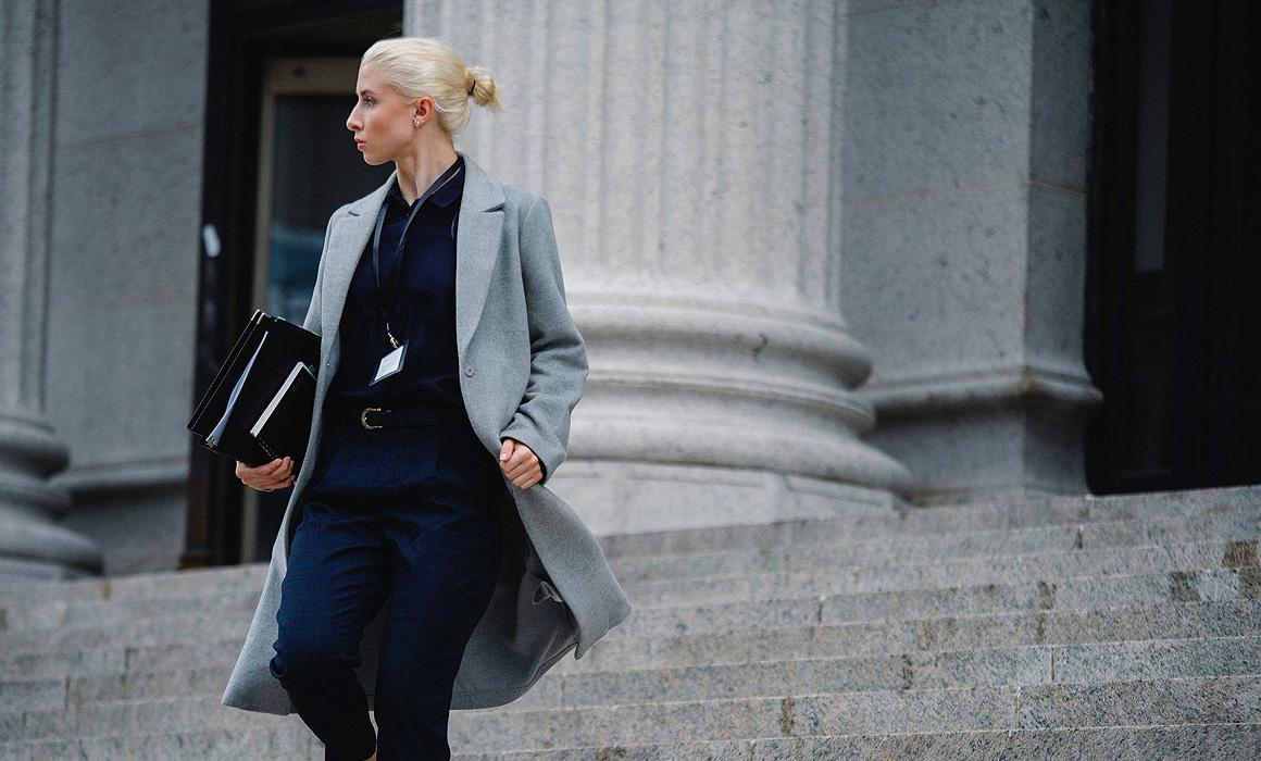 Femme descendant les marches d'un tribunal