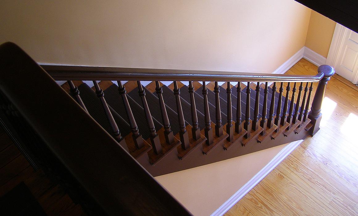 Escalier dans un appartement vide