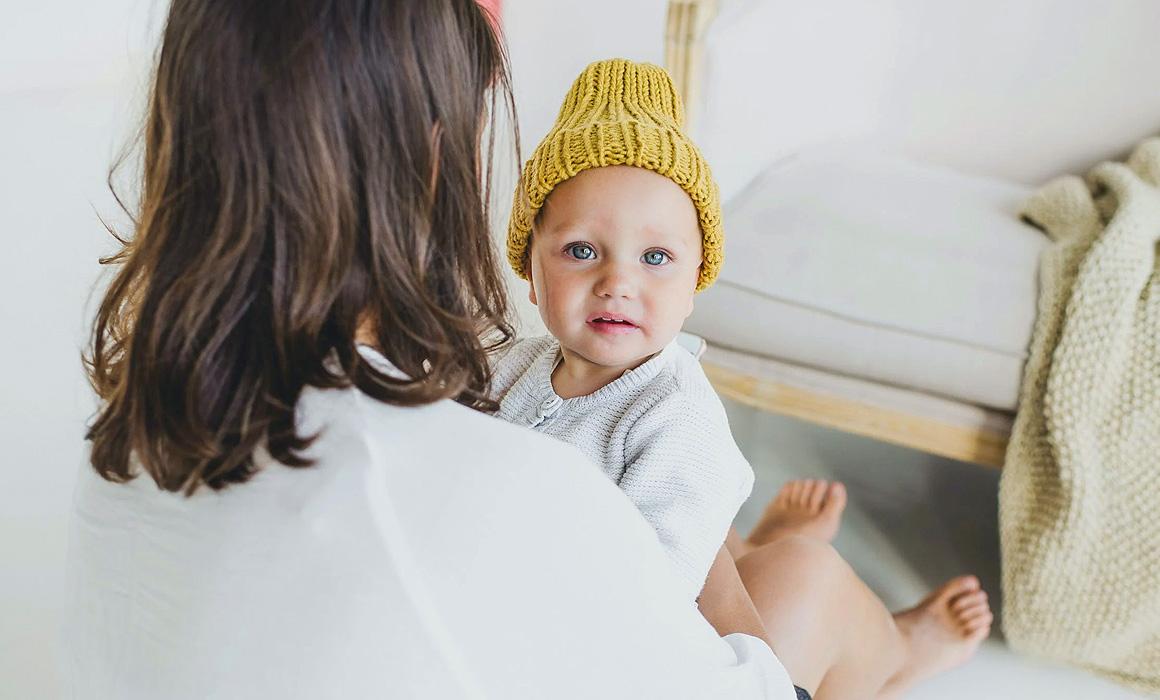 Nourrisson coiffé d'un bonnet jaune