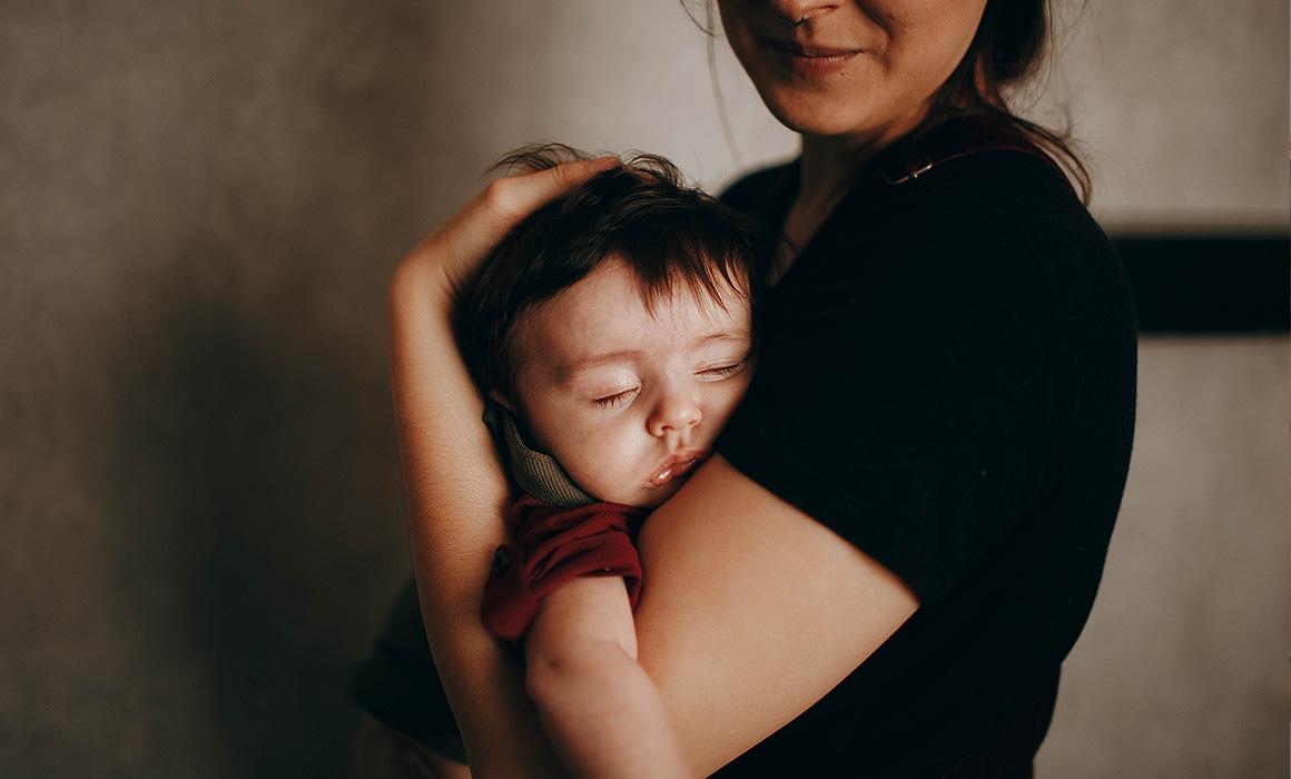 Jeune femme portant un enfant dans ses bras