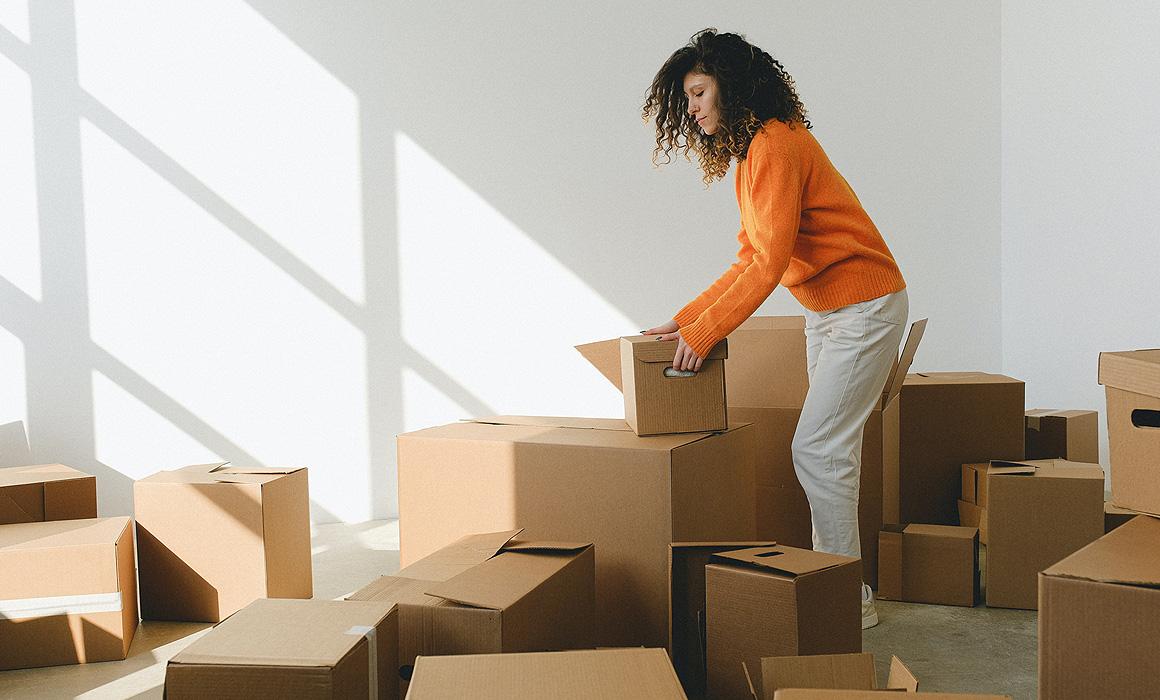 Femme faisant des cartons dans un appartement
