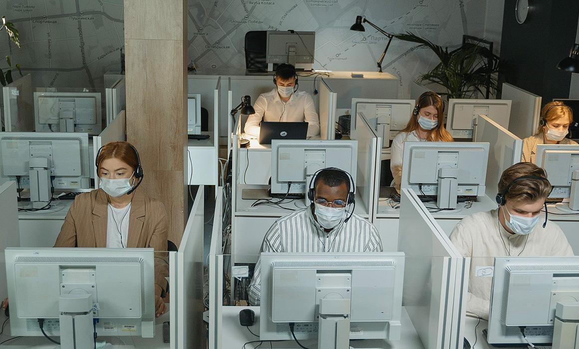 employés de bureau portant des masques sanitaires