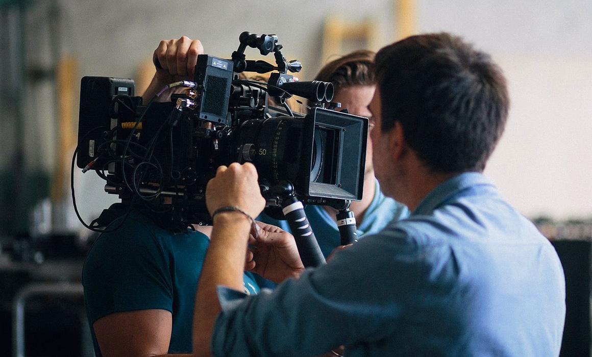 Hommes affairés autour d'une caméra