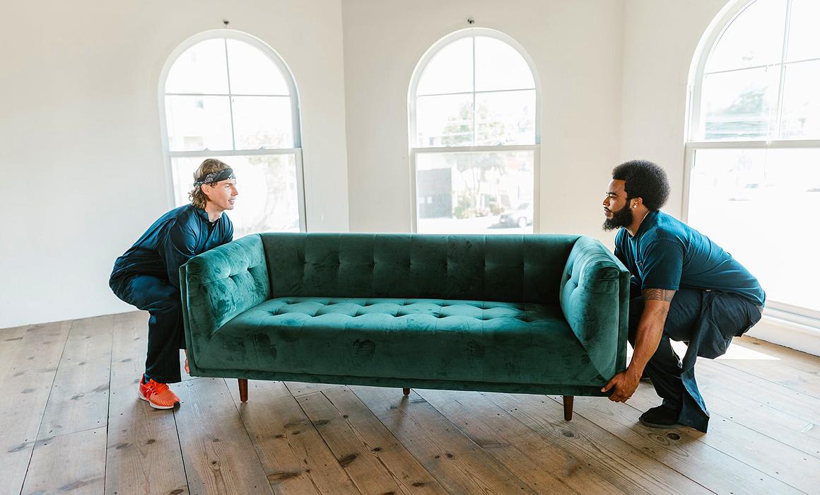 Deux hommes portant un canapé