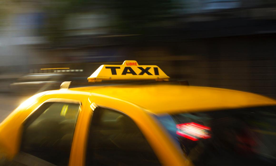 Toit et enseigne de taxi