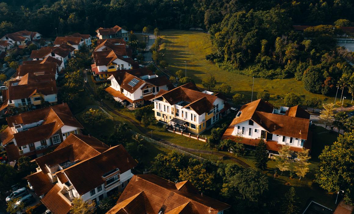 Vue aérienne d'alignements de résidences pavillonnaires