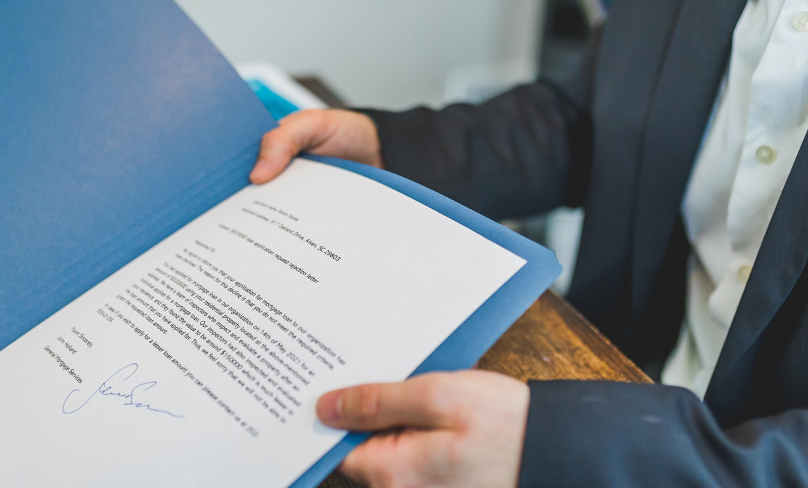 Homme présentant un document papier