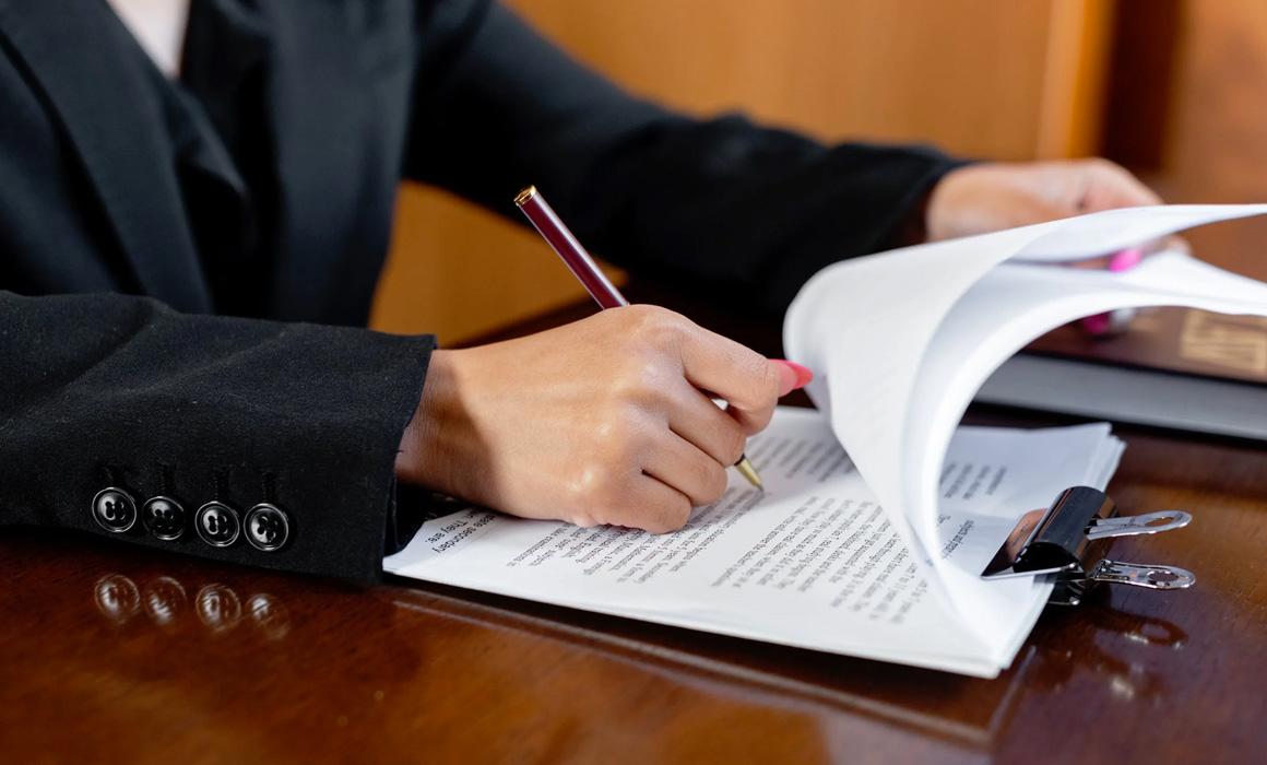 Femme signant un document papier
