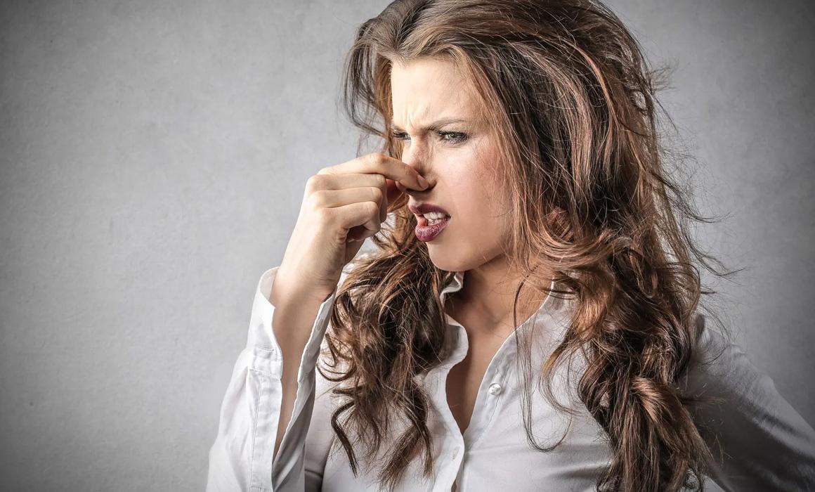Femme se bouchant le nez