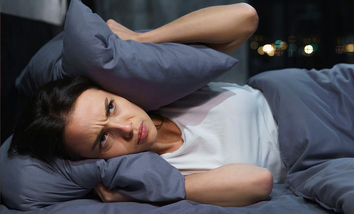 Femme se couvrant les oreilles avec des coussins