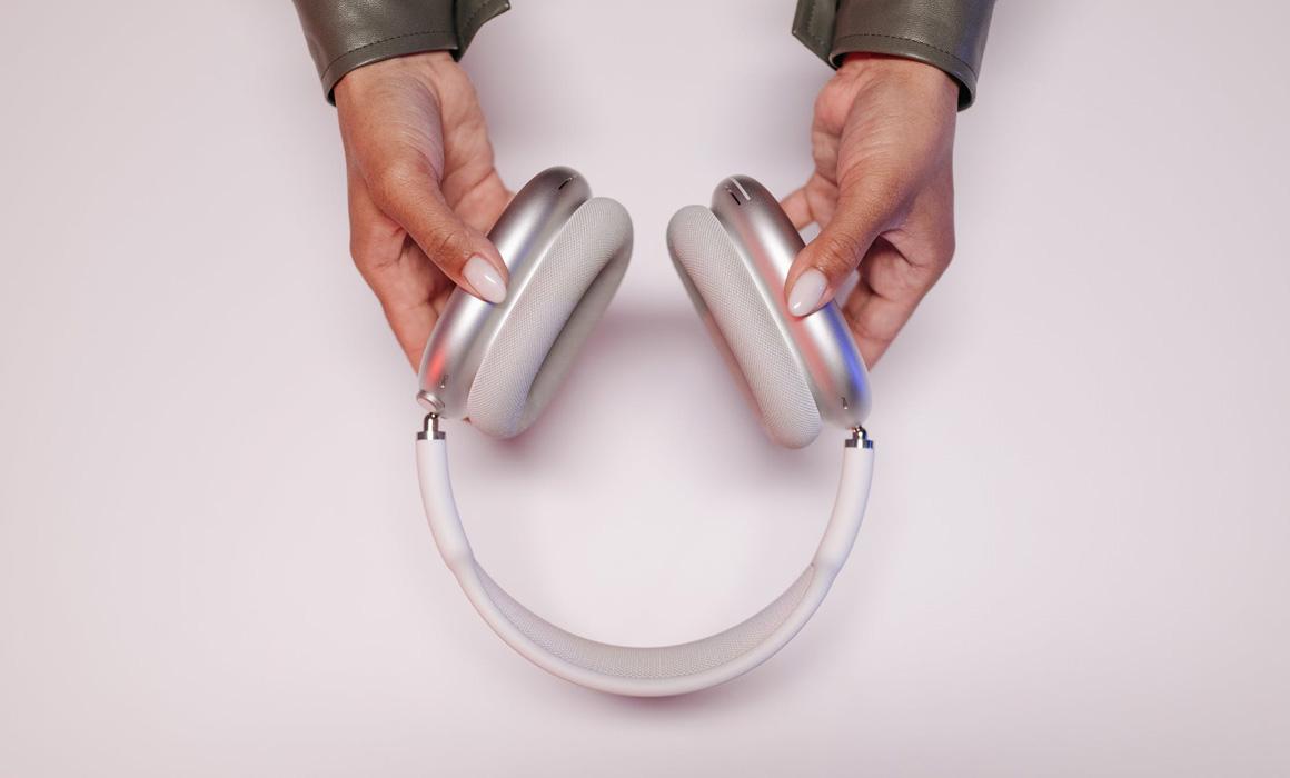 Mains présentant un casque audio