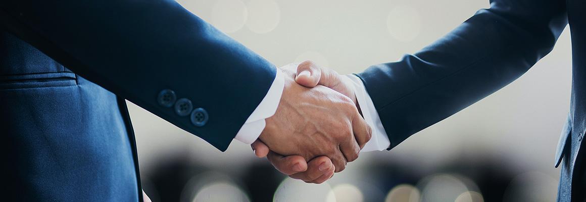 Poignée de mains entre deux hommes