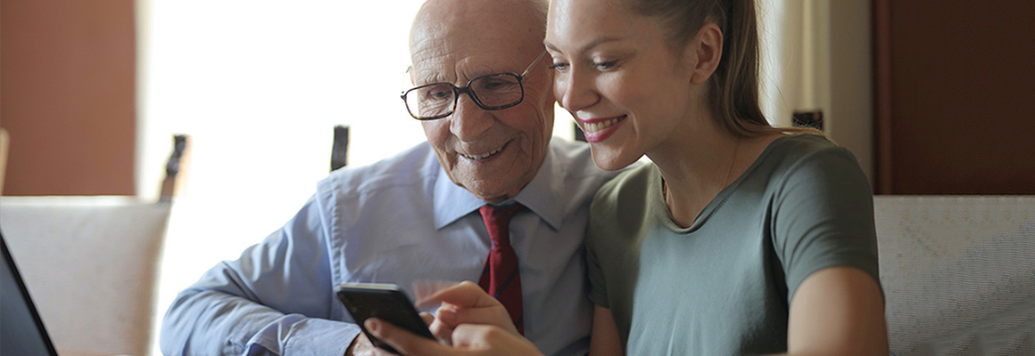 Senior et jeune femme faisant des comptes